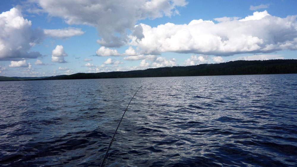 kämpen mit zelten und angeln